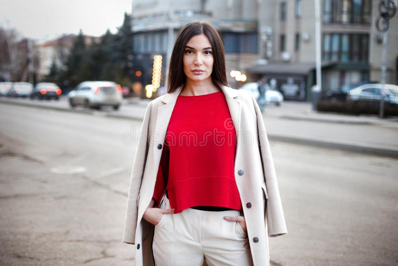 Молодая уверенная женщина в городе стоковые фотографии rf