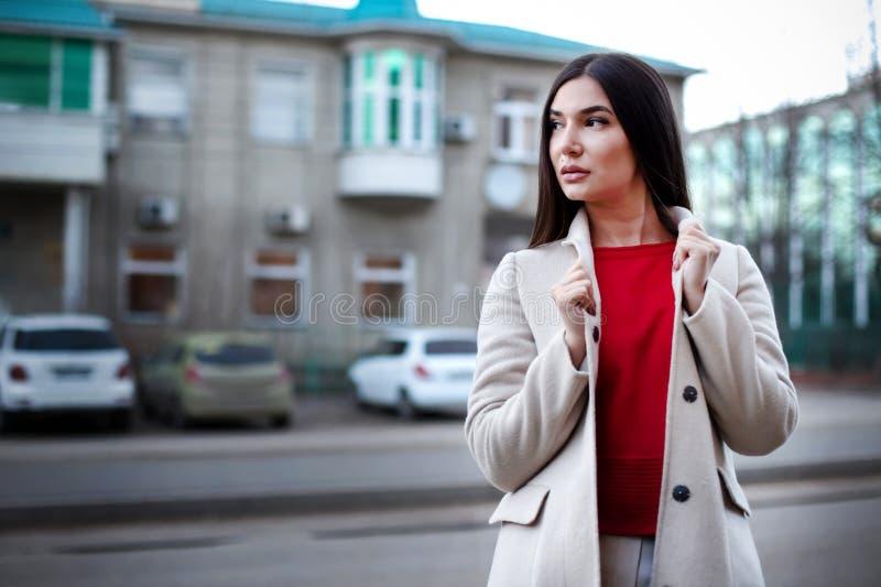 Молодая уверенная женщина в городе стоковое изображение