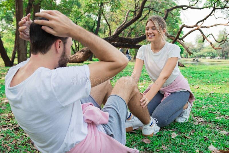Молодая тренировка пар в парке стоковые фотографии rf
