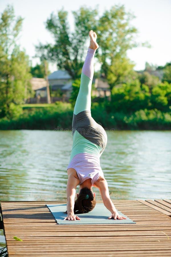 Молодая тонкая женщина йоги делая красивые тренировки asana Здоровый уклад жизни Протягивать стоковое изображение
