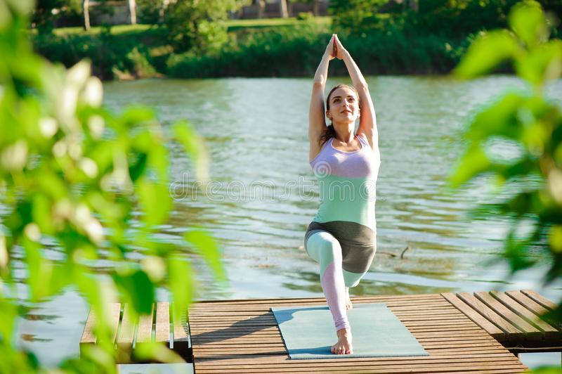 Молодая тонкая женщина йоги делая красивые тренировки asana Здоровый уклад жизни Протягивать стоковые фотографии rf