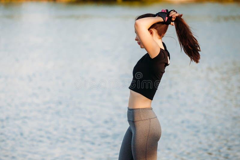 Молодая sporty женщина на бегуне пляжа перед тренировкой стоковые фотографии rf