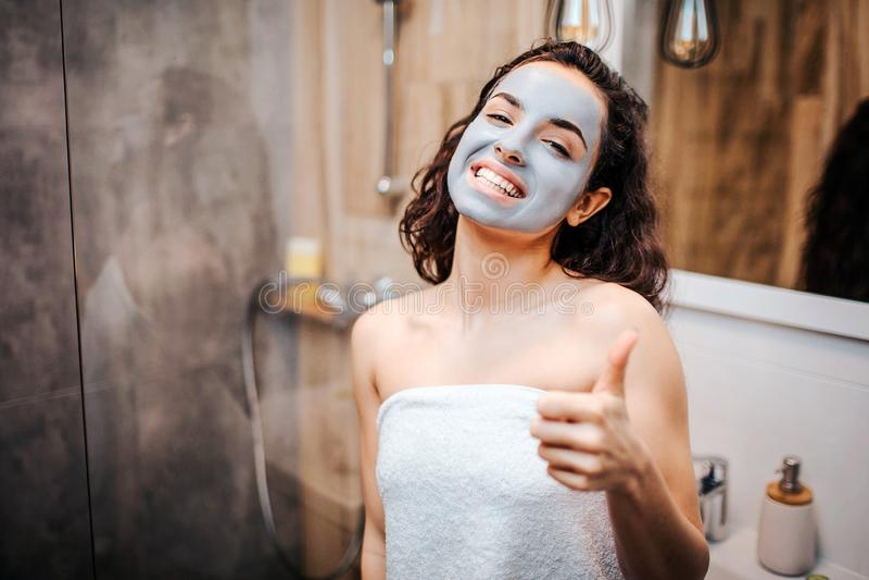 Молодая sporty темн-с волосами красивая женщина делая режим вечера утра на зеркале Жизнерадостный счастливый модельный взгляд на  стоковая фотография rf