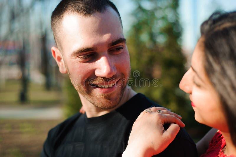 Молодые красивые пары в представлять любов на открытом воздухе в городе Молодая женщина усмехаясь с ее красивым человеком стоковая фотография rf