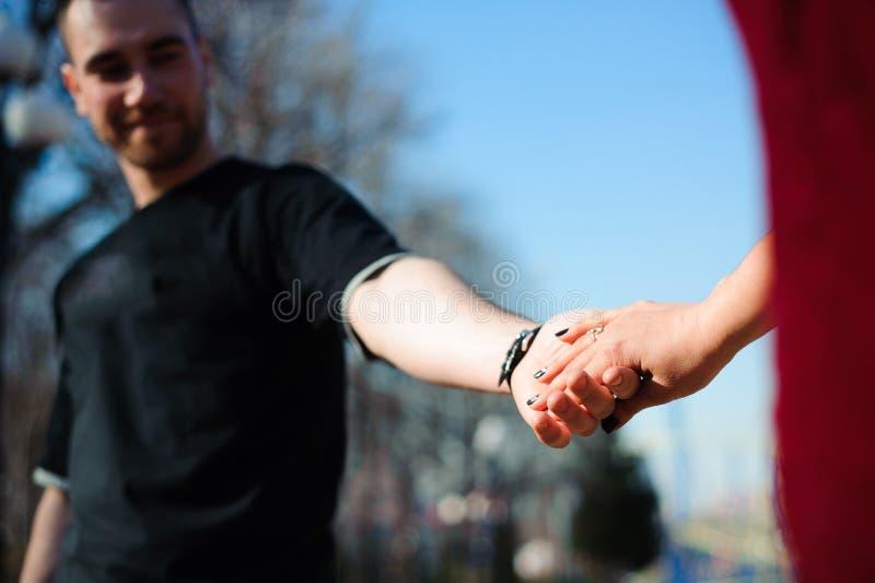 Молодые красивые пары в представлять любов на открытом воздухе в городе Молодая женщина усмехаясь с ее красивым человеком стоковое фото rf