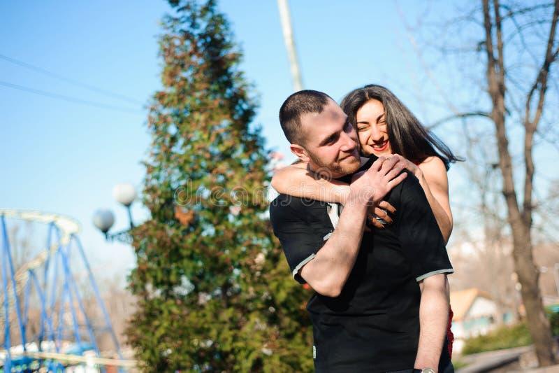 Молодые красивые пары в представлять любов на открытом воздухе в городе Молодая женщина усмехаясь с ее красивым человеком стоковое изображение rf