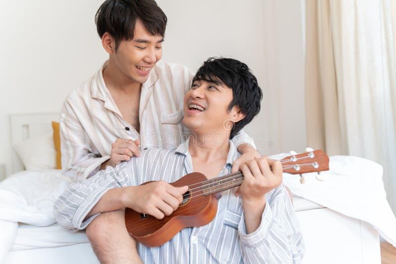 Молодые любящие пары гея отдыхая и потратить время совместно стоковые фото