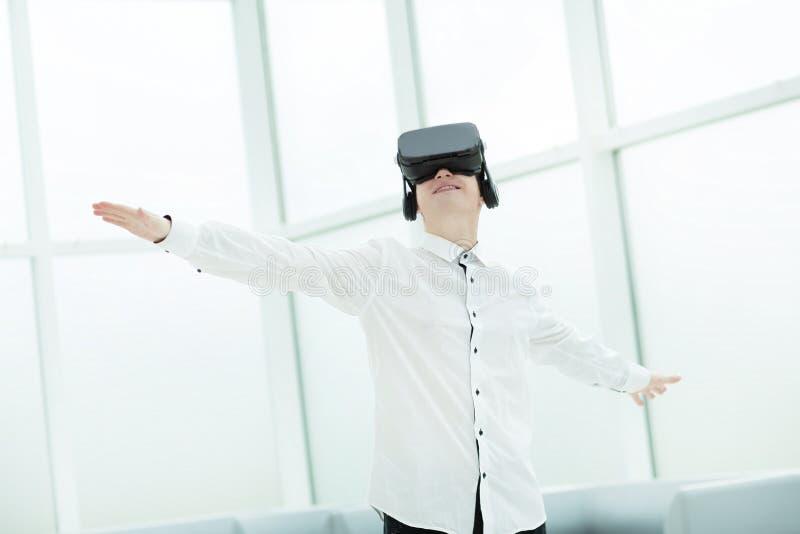 Молодые люди испытывая стекла виртуальной реальности в офисе стоковые изображения rf