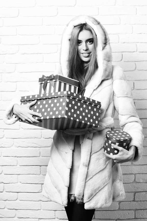 Молодые модные сексуальные милые женщина или девушка с длинными красивыми белокурыми волосами в пальто талии белого меха с клобук стоковое фото rf