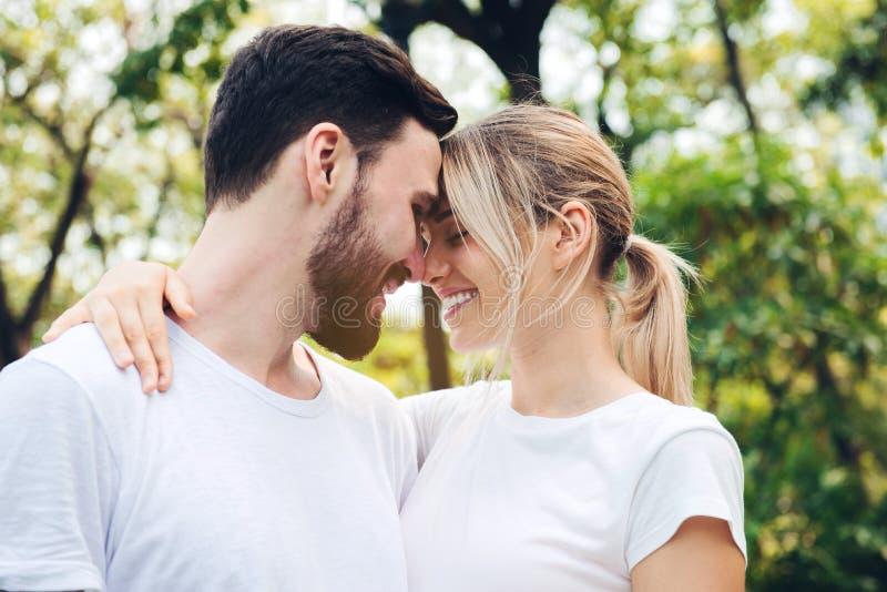 Молодые пары в любов на парке, романской концепции стоковая фотография