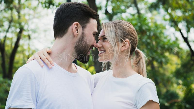 Молодые пары в любов пока в парке стоковые изображения