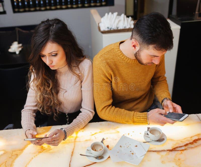 Молодые пары на баре, концепция asociality стоковое изображение