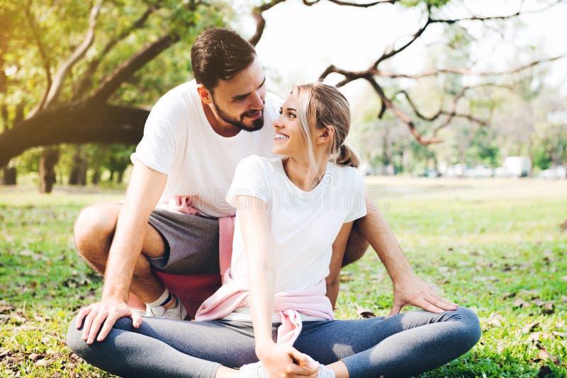 Молодые пары протягивая на парке стоковые изображения rf