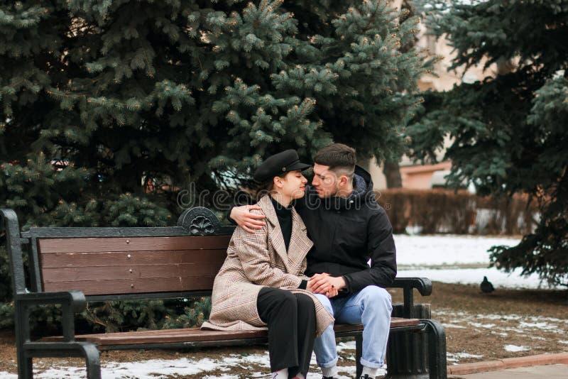 Молодые пары сидя на стенде и отдыхать, смотря один другого стоковые фотографии rf