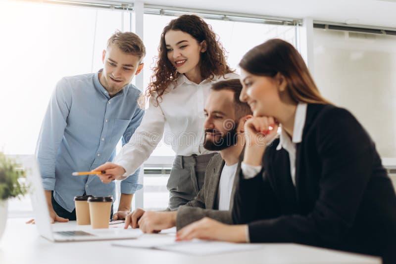 Молодые сотрудники Молодые современные коллеги в умной деятельности вскользь носки пока тратящ время в офисе стоковое фото rf