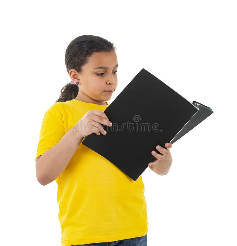 Молодое женское чтение подростка стоковые изображения