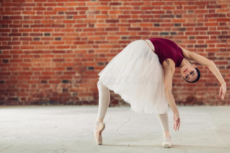 Молодой артист балета выполняя загиб стоковое фото rf