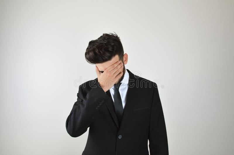 Молодой эмоциональный стресс бизнесмена и пробуренный стоковое изображение