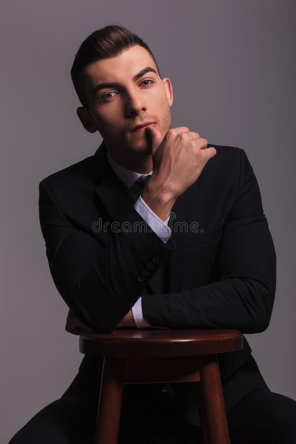 Молодой человек в деловом костюме с пальцем большого пальца руки вверх стоковое изображение