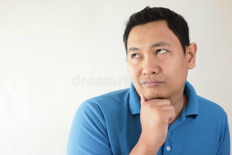 Молодой человек думая и смотря вверх, имеющ хорошую идею стоковые изображения rf