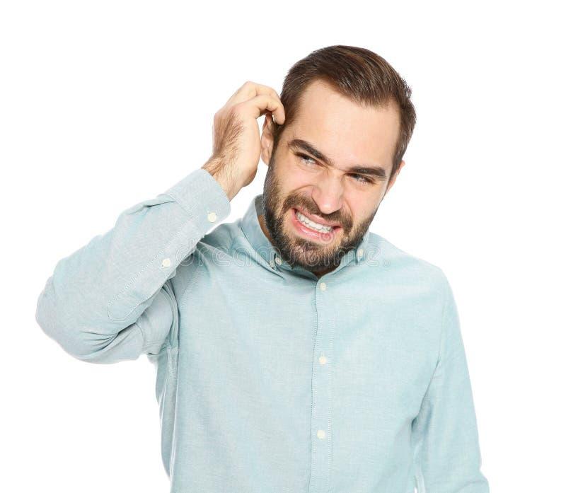 Молодой человек царапая голову на белой предпосылке стоковые фотографии rf