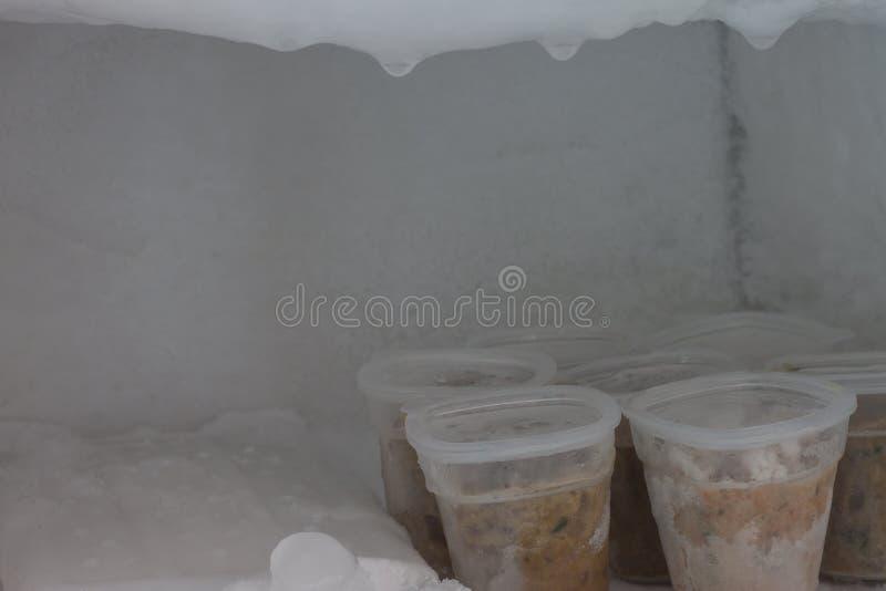Молотилка еды до штрафа для младенцев в замороженной пластиковой коробке в холодильнике стоковые фото