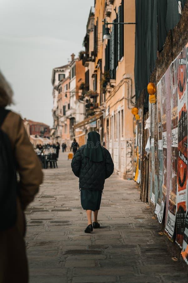 Монашка идя на улицу стоковая фотография rf