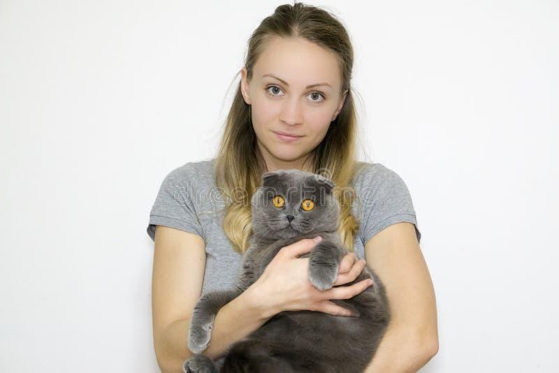 Модельным конец-вверх принятый фото к талии, модель держит кота в ее оружиях стоковые изображения rf