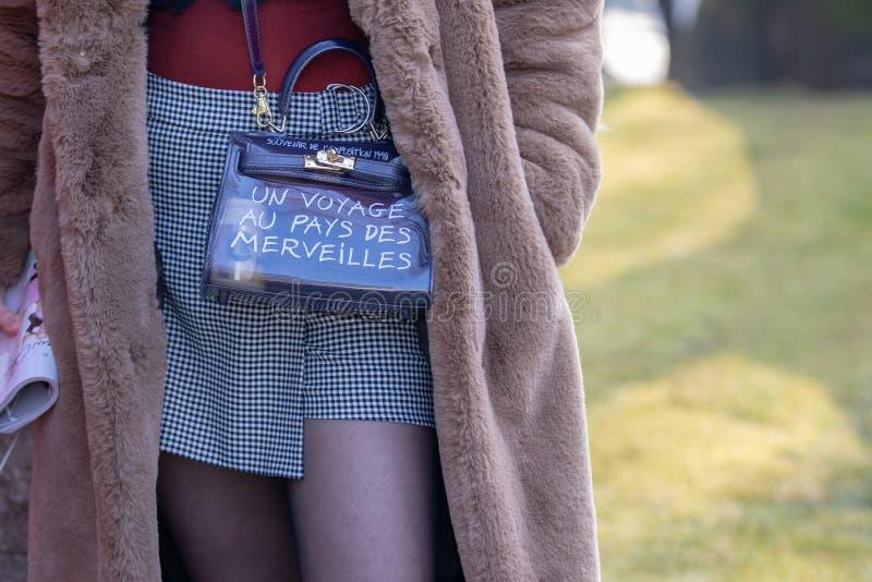 Модель нося черно-белую проверенную мини юбку и сумку стоковые фото