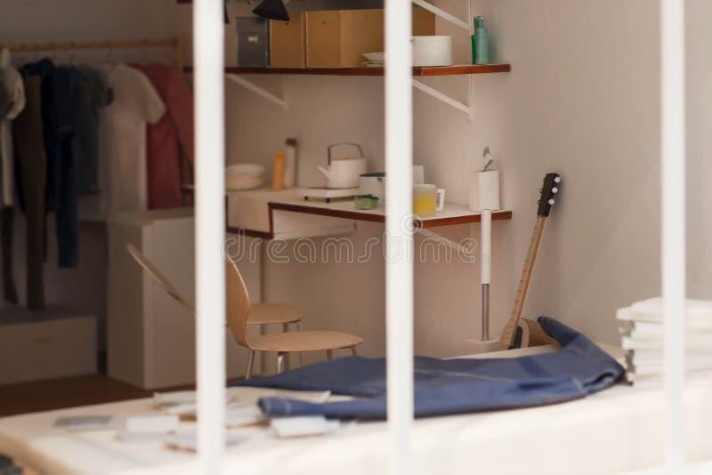 Модель спальни в плане квартиры, бумаги и картона Мебель и современные оформления, идеи интерьера стоковые фото