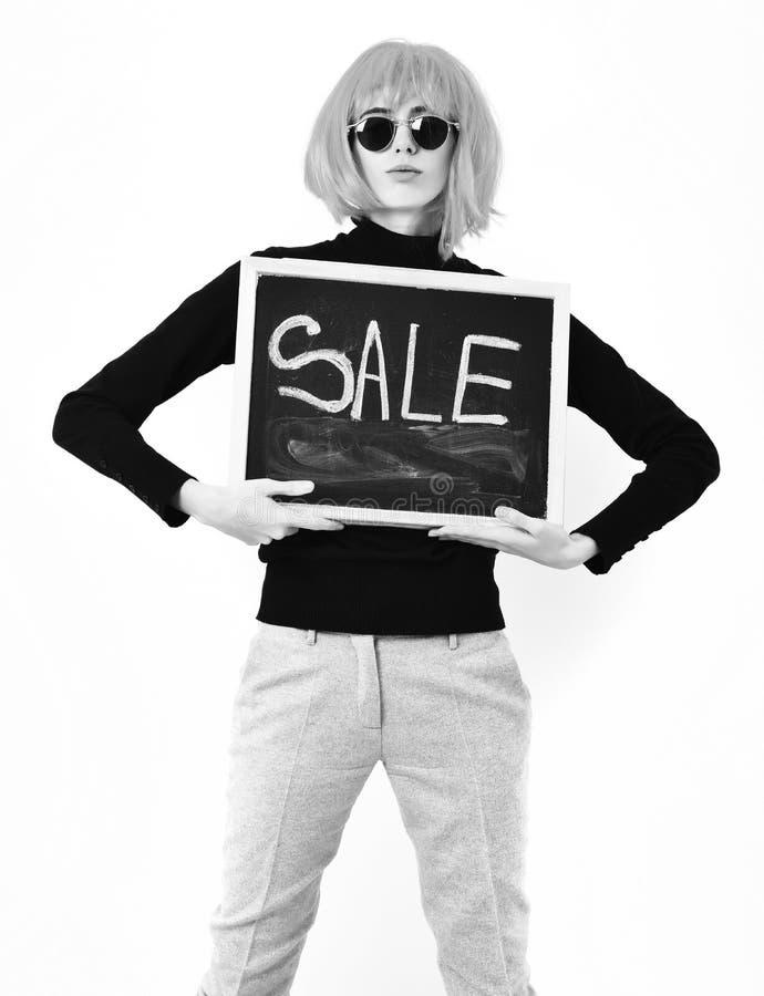 Модная девушка в доске удерживания парика с надписью продажи стоковая фотография rf
