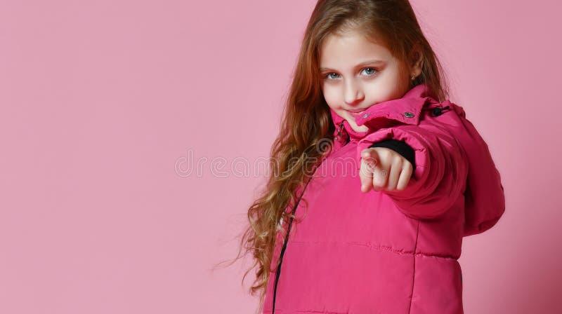 Модная девушка во вниз куртке стоковая фотография rf