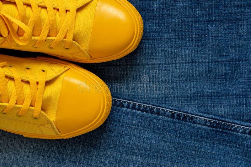 Модный крупный план ботинок спортзала на предпосылке джинсов стоковое изображение