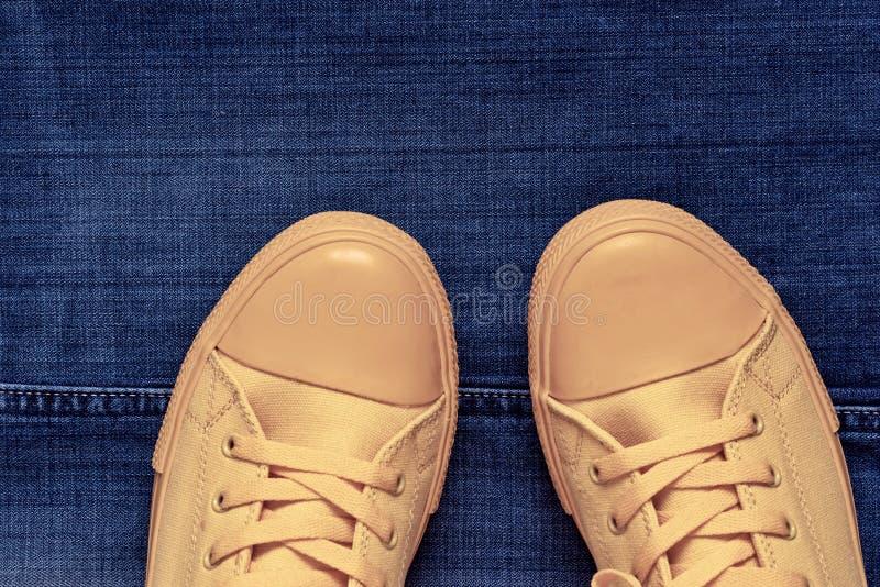 Модный крупный план ботинок спортзала на предпосылке джинсов стоковые фотографии rf