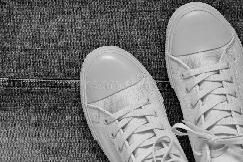 Модный крупный план ботинок спортзала на предпосылке джинсов стоковое фото