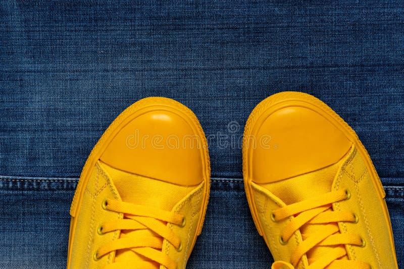 Модный крупный план ботинок спортзала на предпосылке джинсов стоковая фотография