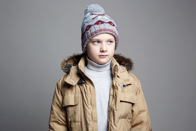 Модный мальчик в outerwear зимы стоковая фотография