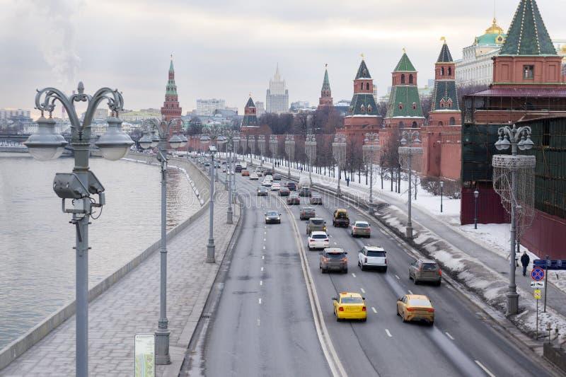 Москва, автомобили на обваловке Кремля дороги реки Москвы стоковая фотография rf