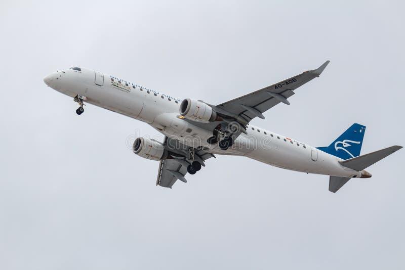 Москва, Россия - 17-ое марта 2019: Воздушные судн Embraer ERJ-195LR ERJ-190-200 LR 4O-AOB авиакомпаний Черногории идя к приземлят стоковое фото