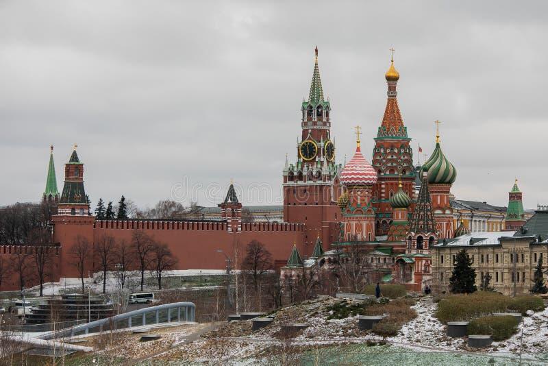 Москва, Россия - 10-ое декабря 2018: взгляд от покрытого снег парка стоковая фотография