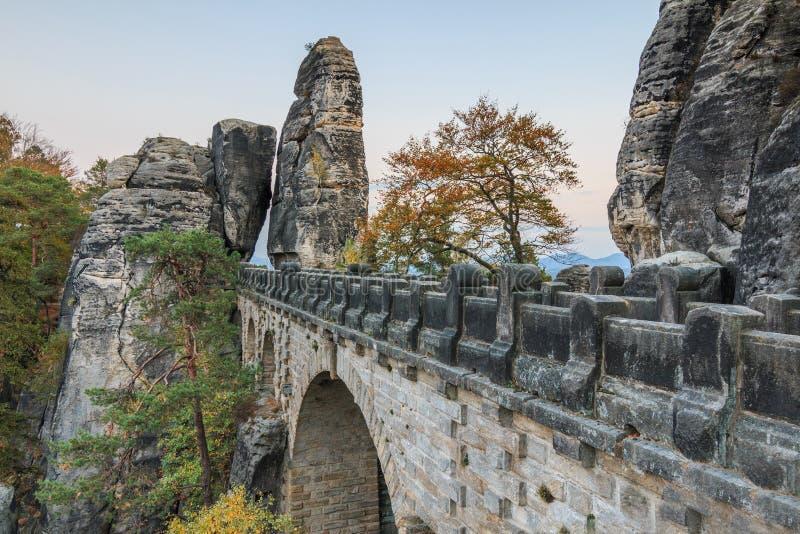 Мост бастиона взгляда со стороны обозревая ворота и деревья утеса и горная порода в вечере стоковые фотографии rf