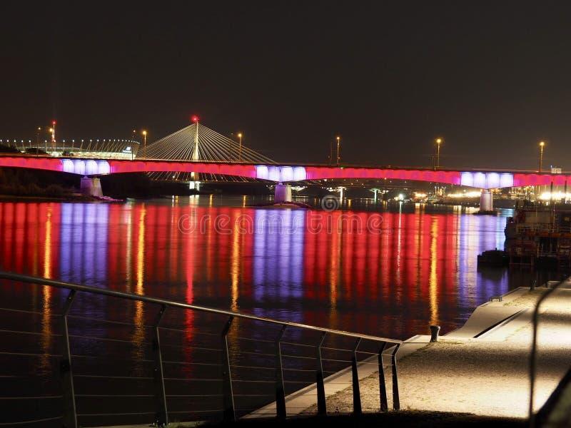 Мост Варшавы загоренный в ночи стоковая фотография rf