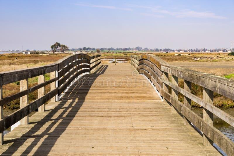 Мост над болотами восточного San Francisco Bay, Hayward, Калифорния стоковое изображение