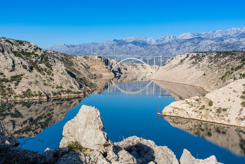 Мост далеко в каньоне реки с отражениями стоковая фотография rf