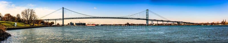 Мост Детройт в городе Виндзор, Онтарио, международная граница между США и Канада стоковые фотографии rf