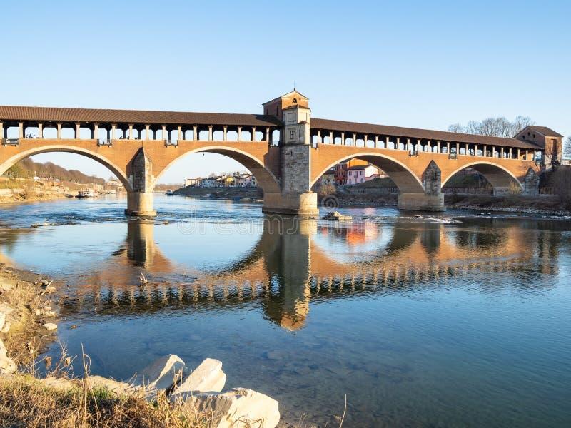 Мост Ponte Coperto (Ponte Vecchio) в Павии стоковые изображения