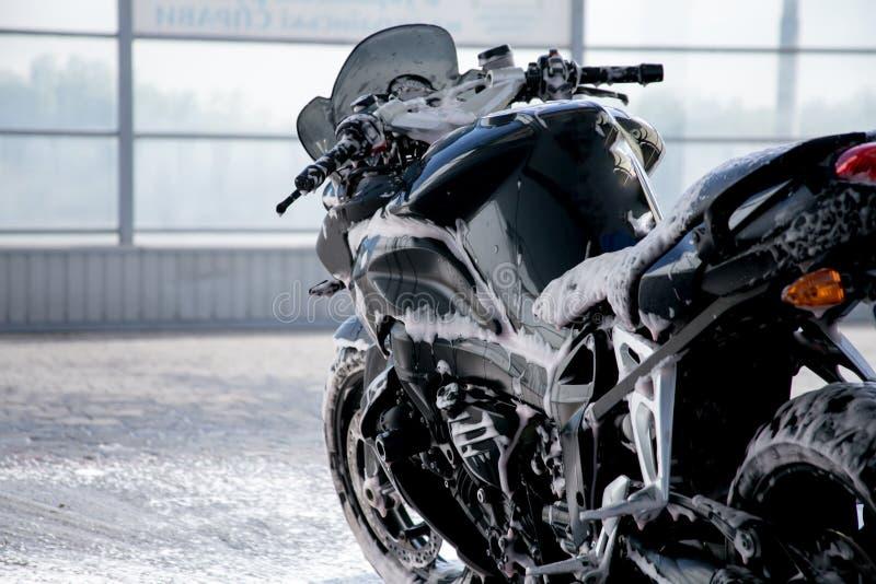 Моя черный мотоцикл Крупный план мотоцикла чистки Пена чистки на велосипеде стоковая фотография