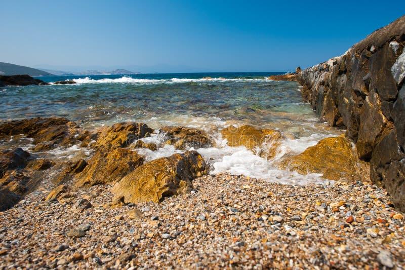 Море бьет на утесах чистая вода на береге стоковая фотография