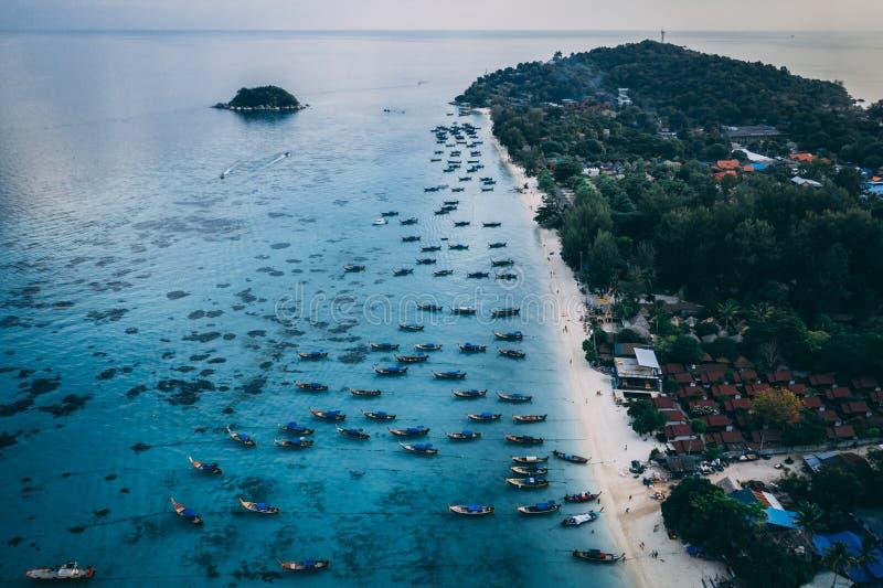 Море острова рая кристально ясное, голубое, ладони, на fyre стоковое фото rf