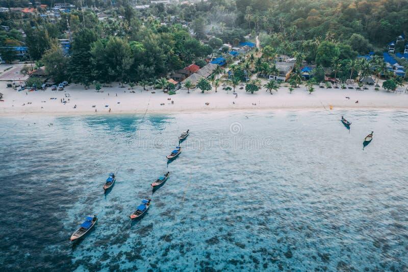 Море острова рая кристально ясное, голубое, ладони, на fyre стоковая фотография rf